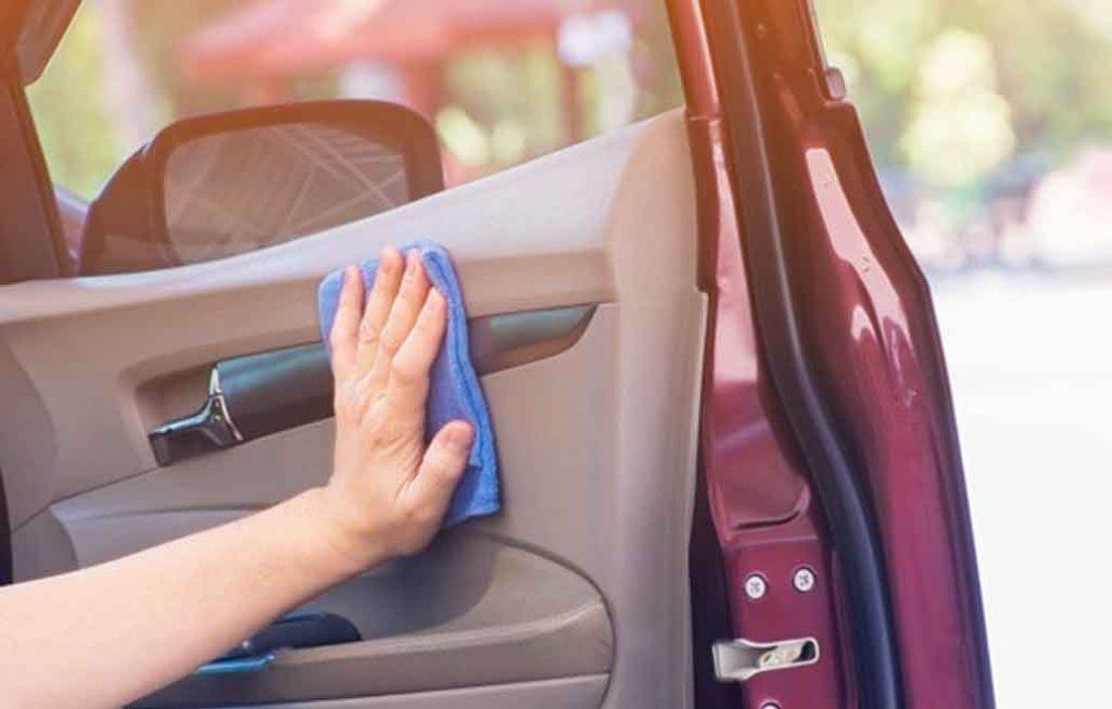 ¿Se puede limpiar el coche con un estropajo?